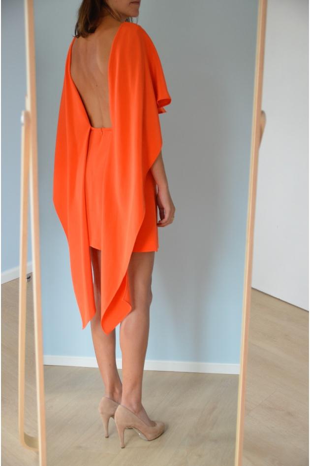 Robe courte orange, effet cape sur les côtés, dos nu