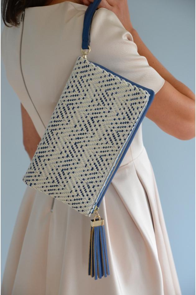 A la fois pochette et sac (avec bandoulière) avec motifs beiges et dorés.