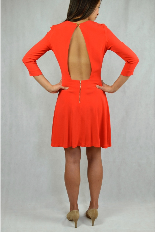 Robe courte rouge manches longues, dos nu