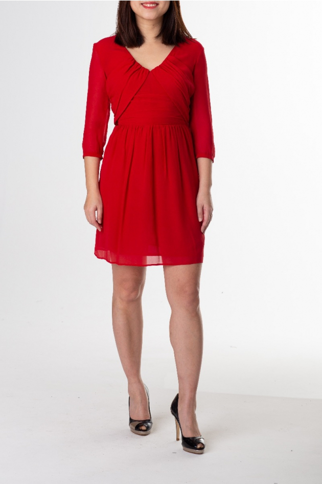 Robe courte rouge, manches longues