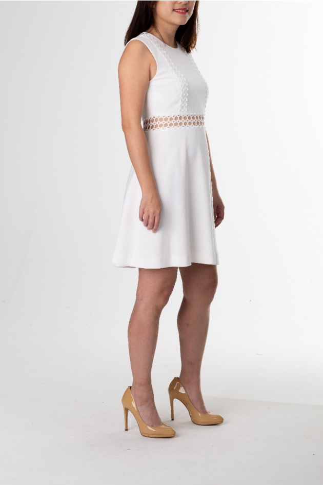Robe courte blanche avec effet broderie