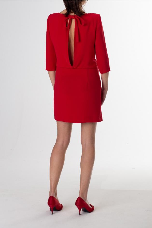 Location robe rouge manches 3/4 Claudie Pierlot, dos échancré à nouer sur la nuque, épaulettes, coupe droite légèrement resserrée aux hanches