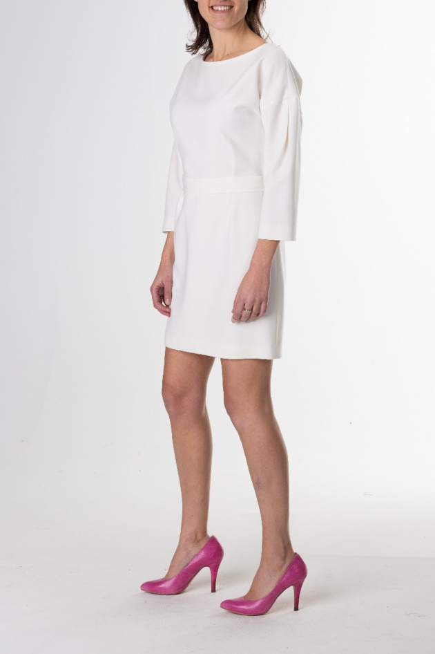 Robe courte blanche, manches longues