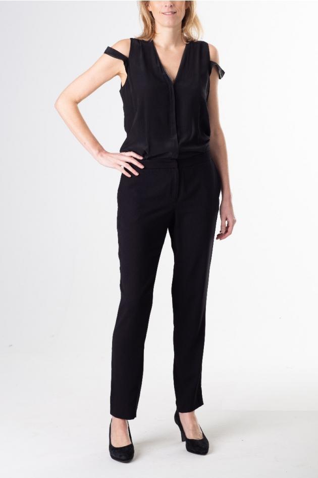 Combinaison noire sans manches avec détail et finition en cuir