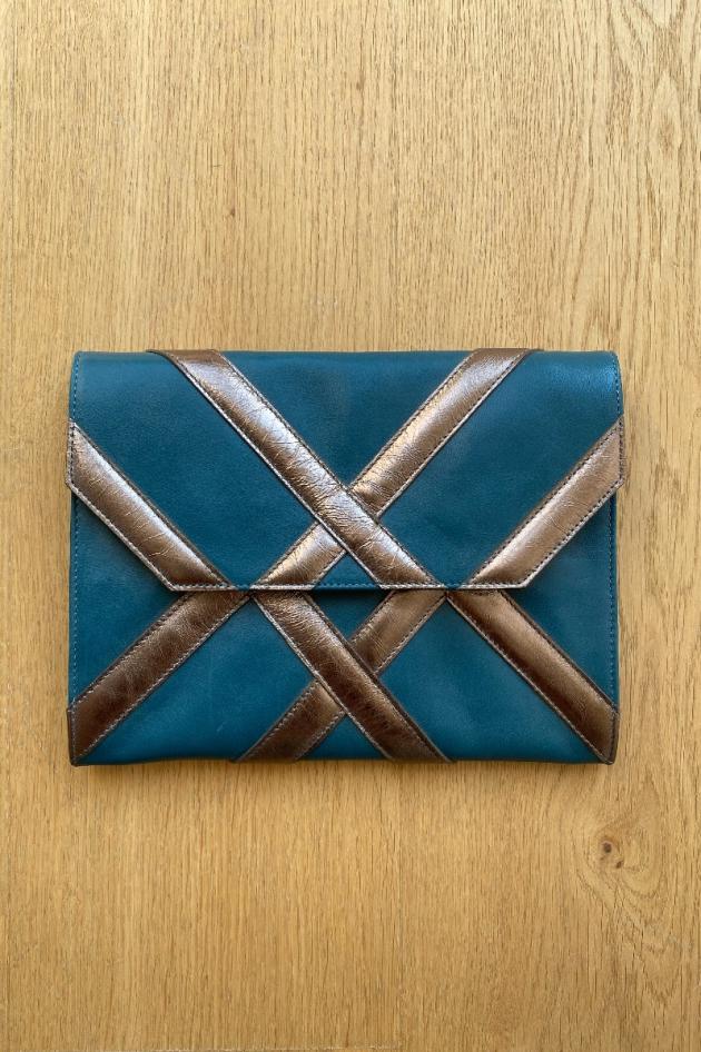 Pochette Armani exchange noir et doré modèle enveloppe.  A la fois pochette et sac (avec bandoulière).